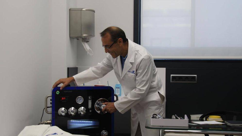 Foto: El doctor Javier Viani en su consulta.