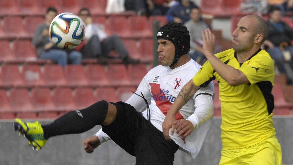 Foto: Luismi juega con una chichonera desde que sufrió una fractura craneal (Foto: El Correo de Andalucía)
