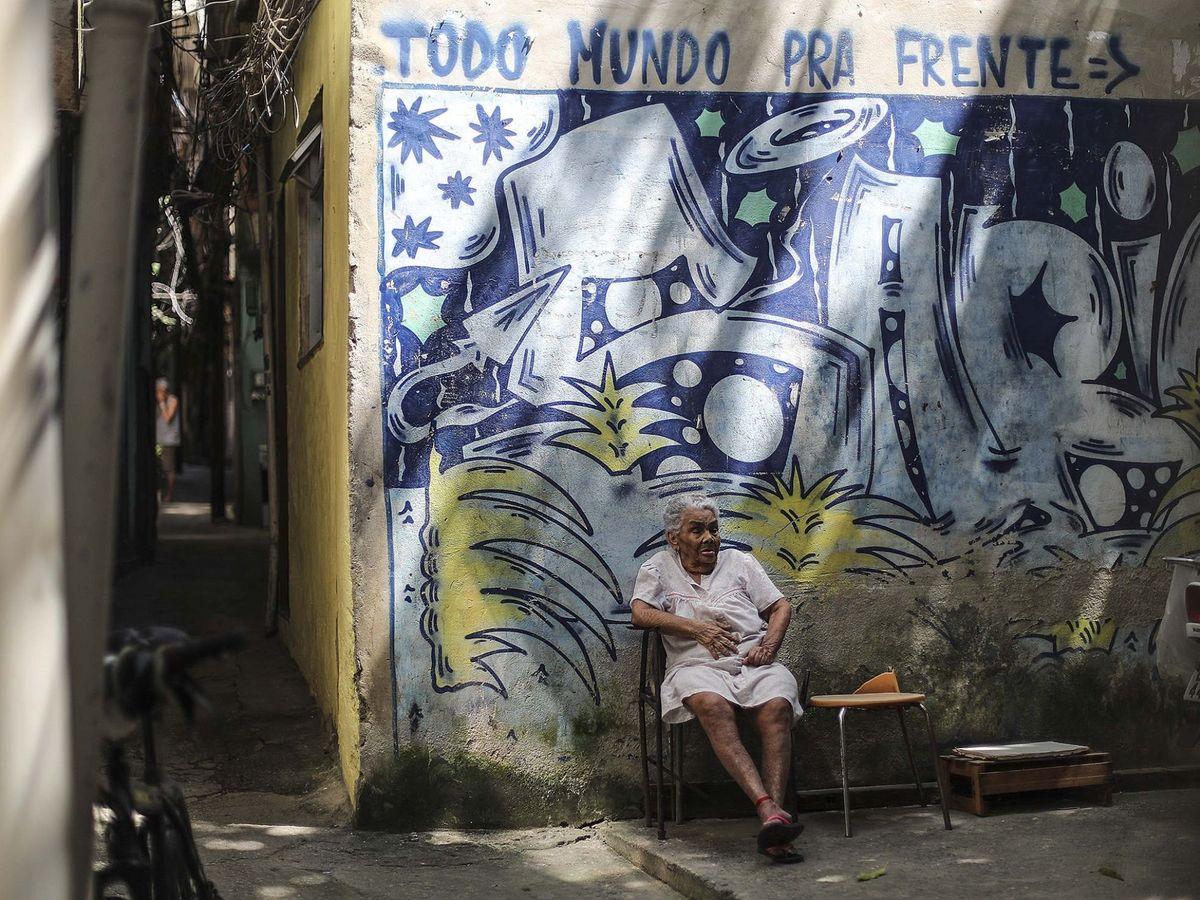 Foto: Una anciana, en una favela de Río de Janeiro. (EFE)