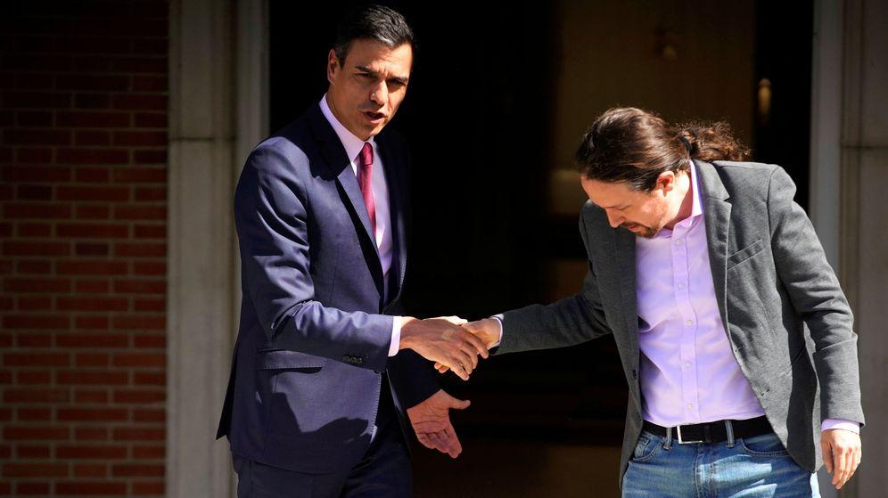 Foto: Pedro Sánchez y Pablo Iglesias se saludan antes de la reunión en Moncloa. (Reuters)