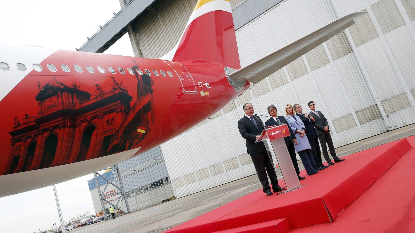 Foto: El presidente de Iberia, Luis Gallego, acompañado del embajador de Japón en España, Masashi Mizukami (Efe)