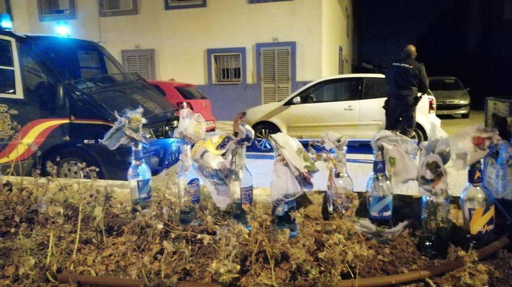 Foto: Los cócteles molotov intervenidos por los agentes de la policía. (El Confidencial)