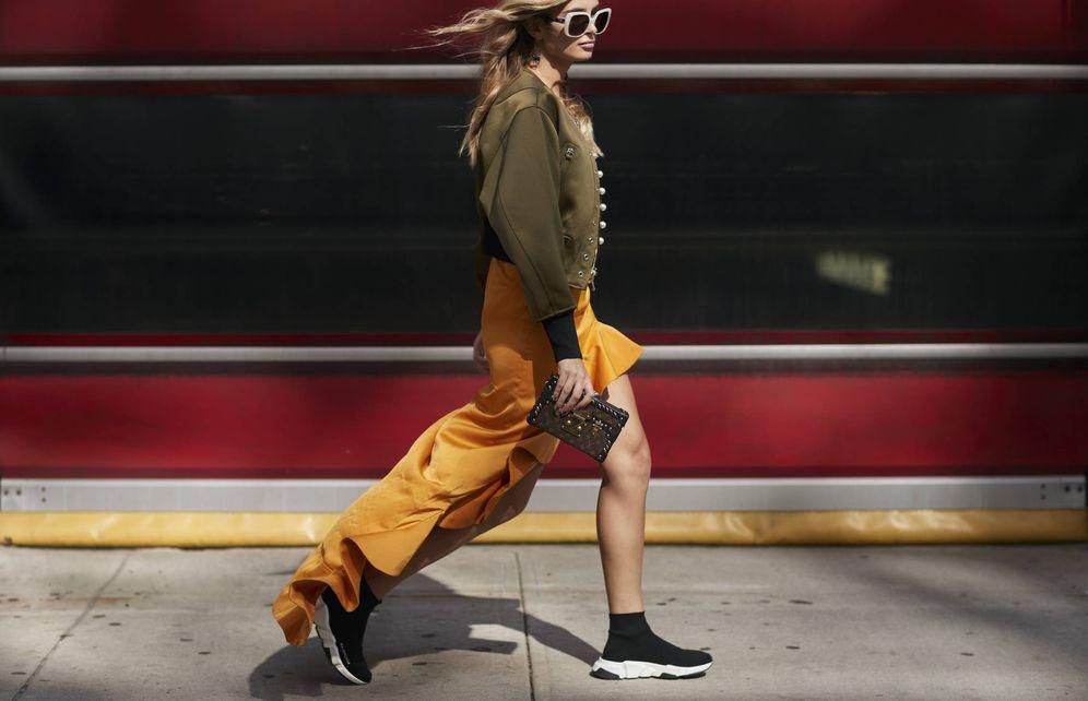Foto: A cualquier parte. Las reinas de Instagram hacen suya la tendencia 'sporty'... a través de las zapatillas. (Imagen: Imaxtree)