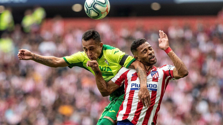 Lodi pelea un balón alto contra Orellana en el partido de este domingo. (EFE)