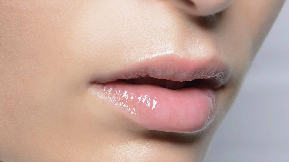 Foto: Los aceites labiales aportan brillo y un color ligero, además de nutrir y suavizar el labio. (Imaxtree)