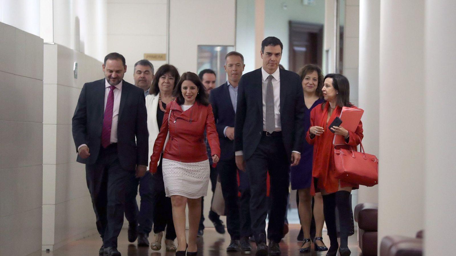 Foto: Pedro Sánchez, escoltado por la dirección del partido y de los grupos en Congreso, Senado y Parlamento Europeo, este 29 de mayo en la Cámara Baja. (EFE)