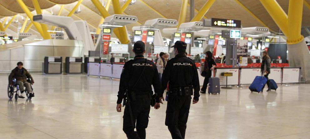 Foto: Efectivos policiales patrullan la T4 del aeropuerto de Madrid Barajas. (Efe)