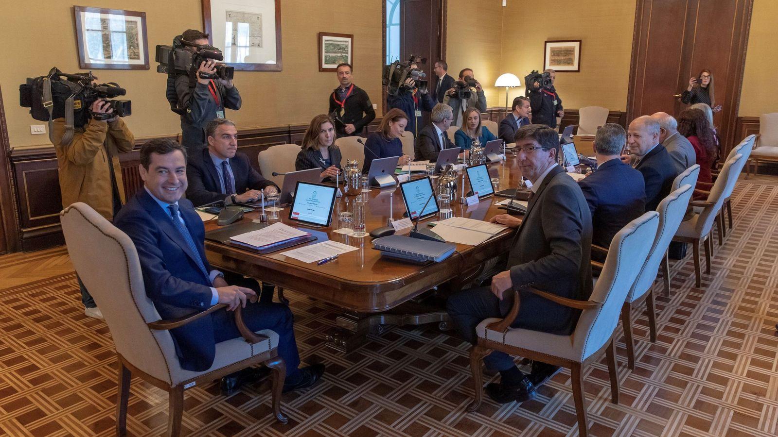 Foto: El presidente andaluz, Juanma Moreno (i), reunido con su equipo de gobierno. (EFE)