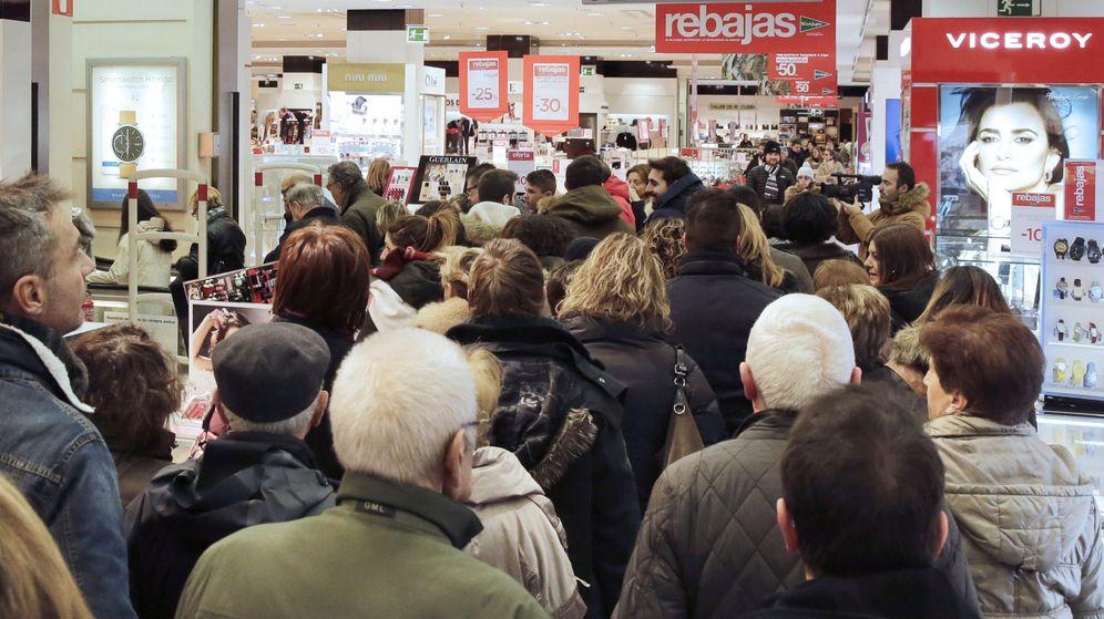 Foto: Cientos de personas compran este sábado en unos grandes almacenes, en Pamplona. (EFE)