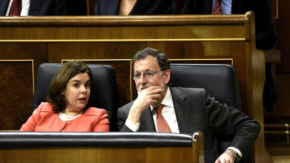 Foto: El presidente del Gobierno en funciones, Mariano Rajoy, junto a la vicepresidenta, Soraya Sáenz de Santamaría. (Efe)