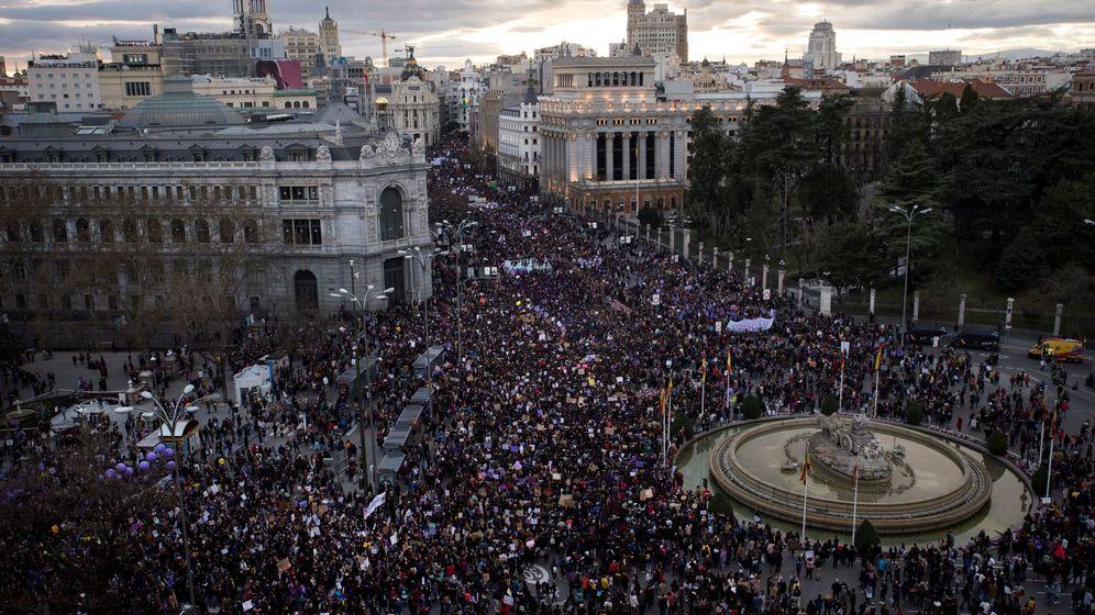 Foto: Vista aérea de la manifestación del 8-M de Madrid a su paso por Cibeles. (EFE)