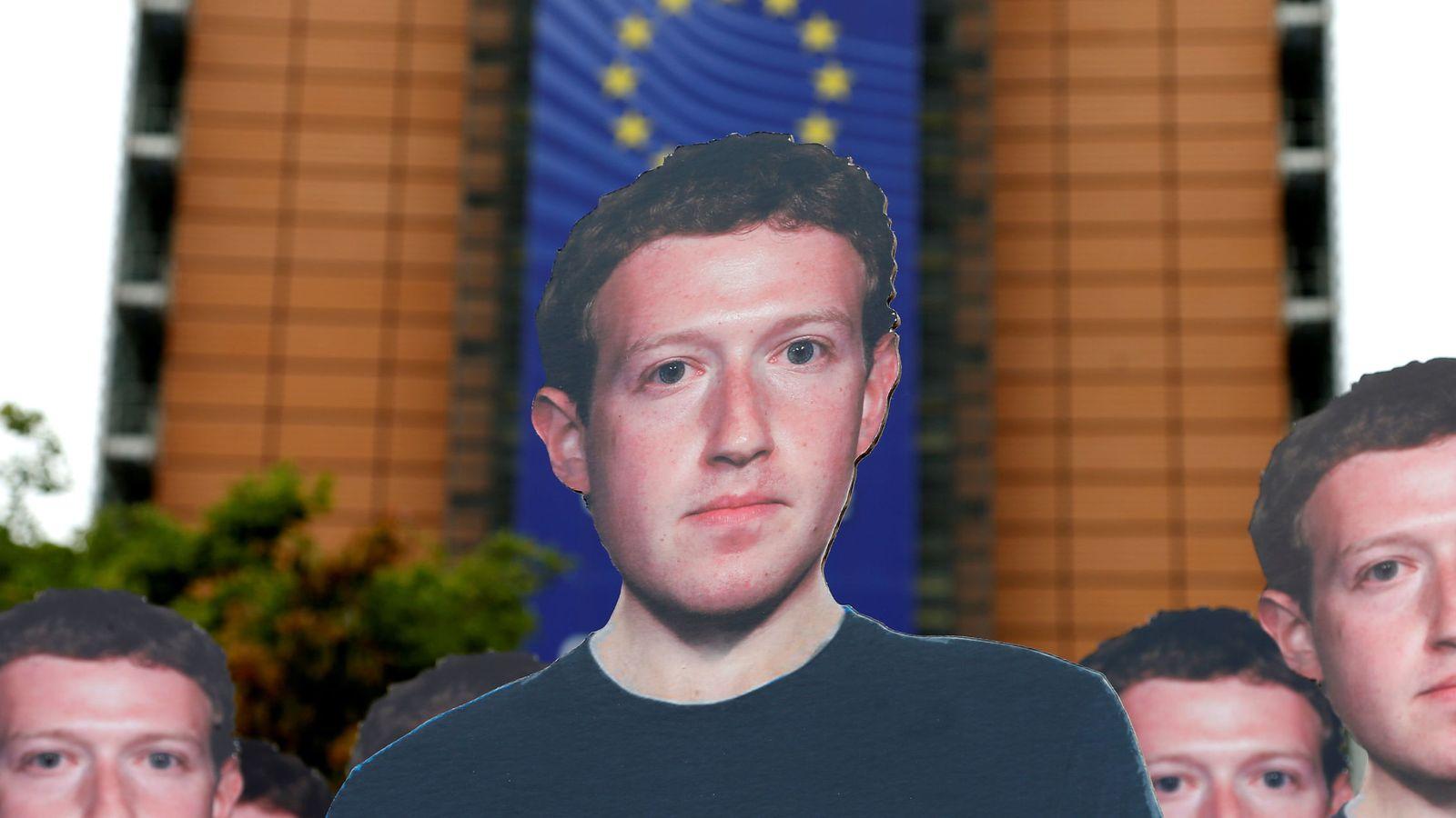 Foto: Caretas de Zuckerberg en una manifestación en Bruselas (Reuters)