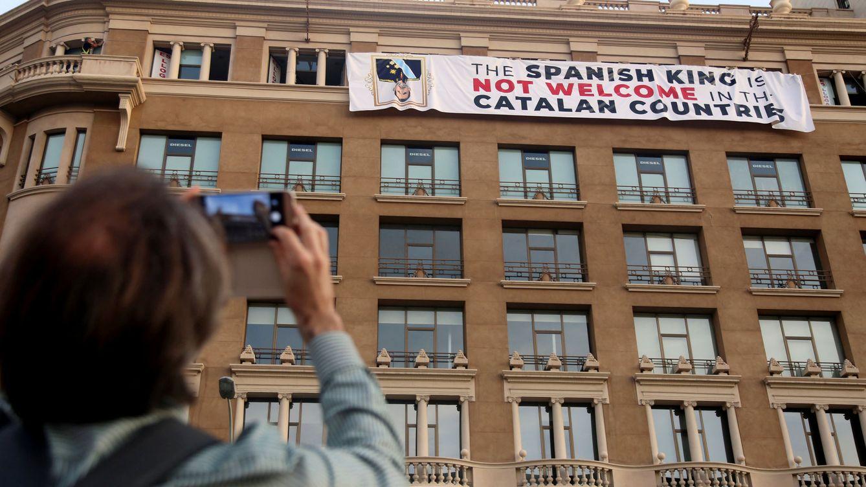 La Generalitat apunta a Colau como responsable de la pancarta contra el Rey