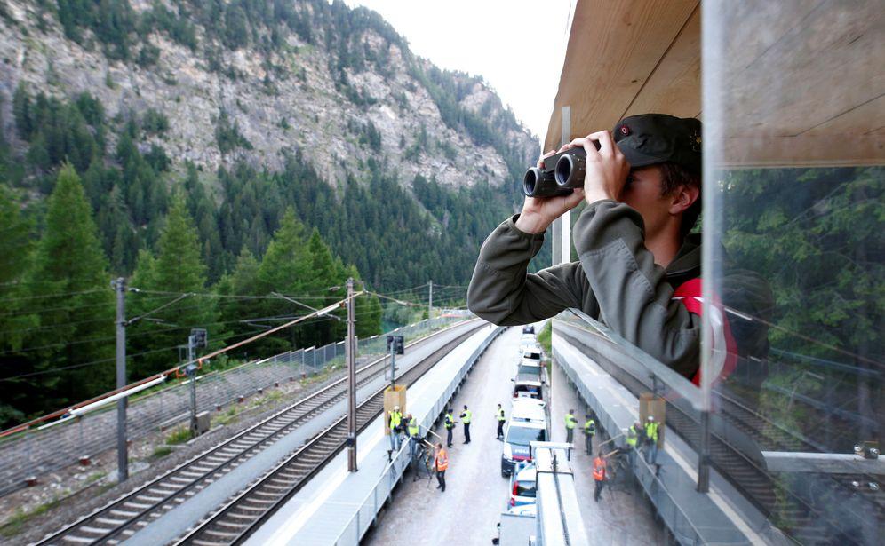 Foto: Un soldado de las Fuerzas Armadas Federales de Austria durante un chequeo rutinario en el paso fronterizo de Gries Am Brenner, cerca de Italia, en junio de 2018. (Reuters)