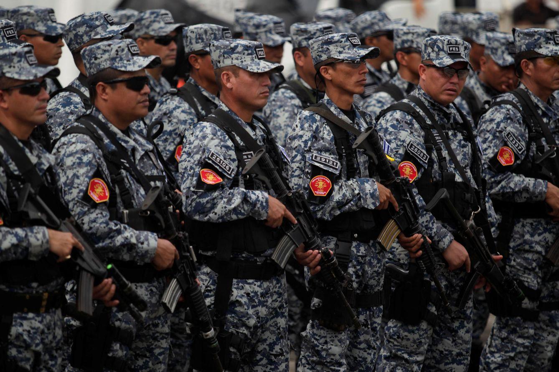 Foto: Miembros de la Fuerza de Reacción Especial, que combina efectivos especiales y militares de El Salvador, antes de su despliegue, en octubre de 2016 (Reuters)