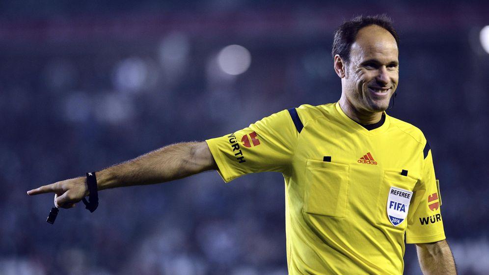 Foto: En la imagen, Mateu Lahoz en acción durante un partido. (EFE)