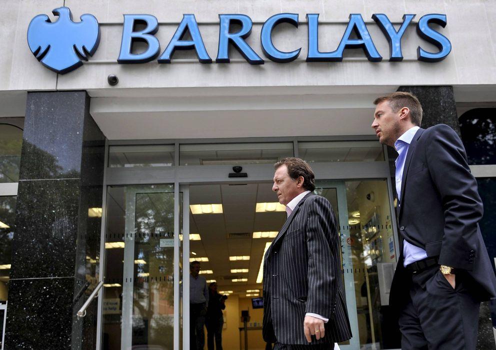 Foto: Peatones pasan delante de una sucursal del Barclays Bank. (EFE)