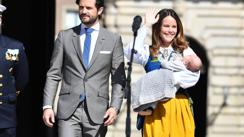 El príncipe Carlos Felipe y la princesa Sofía escenifican la apertura del Palacio Real de Estocolmo