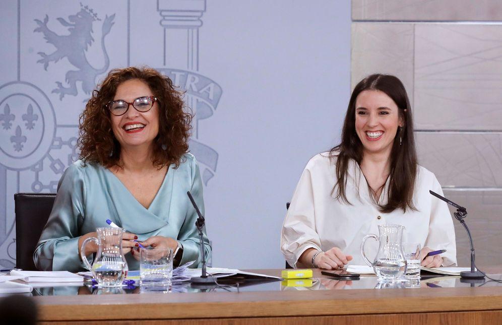 Foto: María Jesús Montero, portavoz del Gobierno, con Irene Montero, ministra de Igualdad, este 17 de enero en la Moncloa. (EFE)