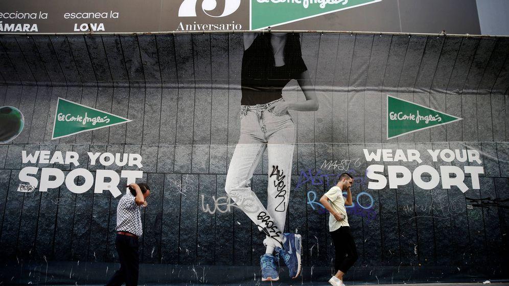 Foto: Dos personas caminan ante una tienda de El Corte Inglés en Madrid. (Reuters)