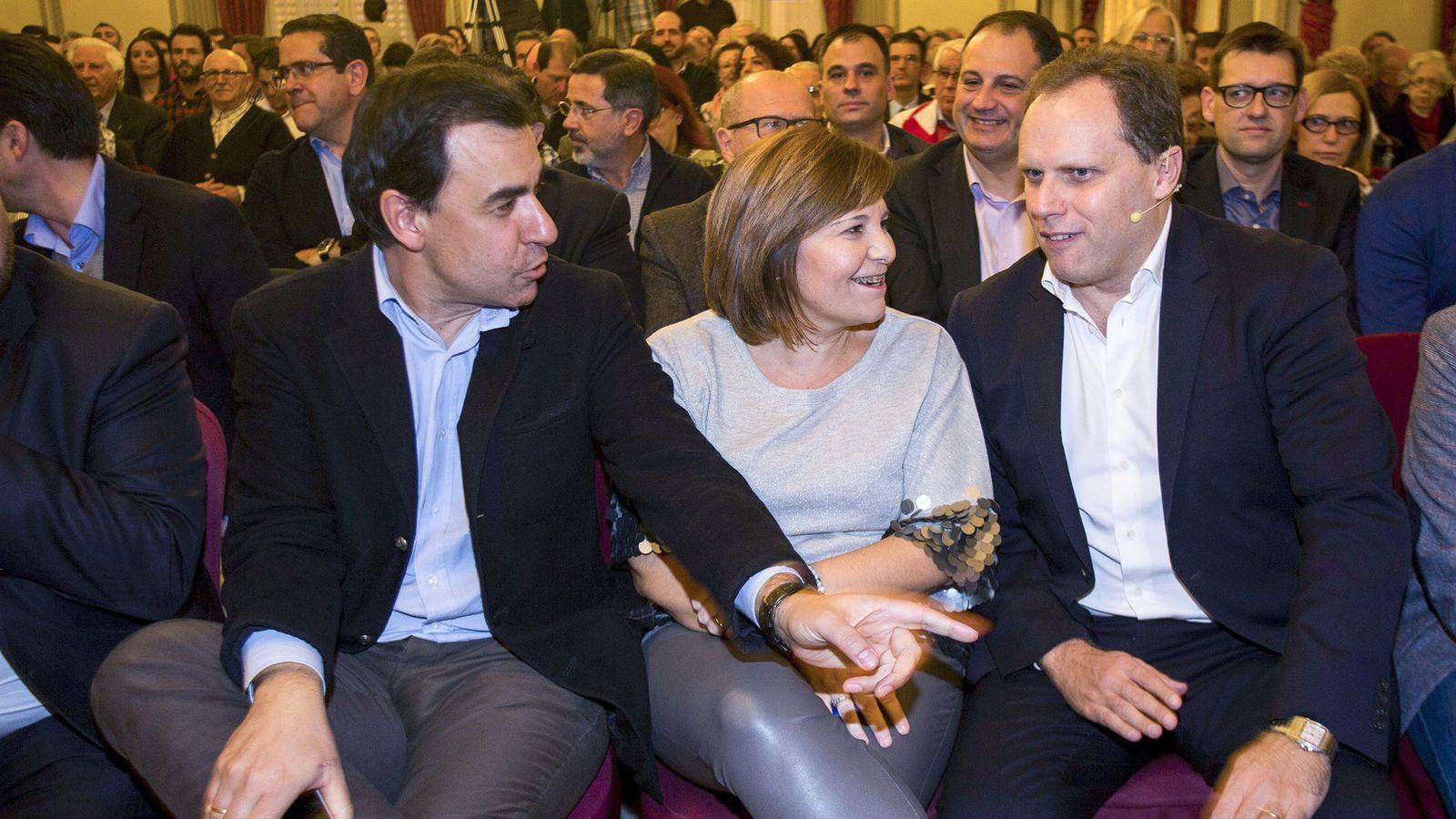 Foto: Martínez-Maíllo (i) con Isabel Bonig y el economista Daniel Lacalle. (Efe)