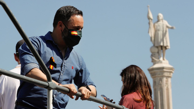 Santiago Abascal, en el autobús de Vox con camisa vaquera de El Capote. (EFE)