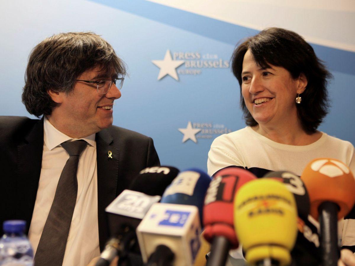 Foto: El expresidente de la Generalitat Carles Puigdemont (i) y la presidenta de la ANC, Elisenda Paluzie. (EFE)