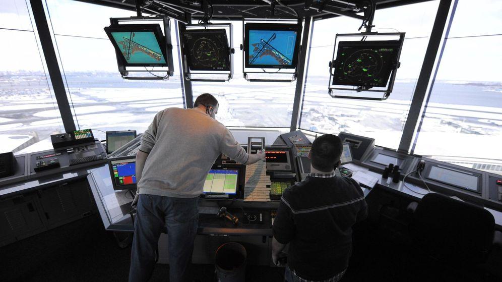 Foto: Controladores aéreos trabajando en el aeropuerto de LaGuardia, en Nueva York. (EFE)
