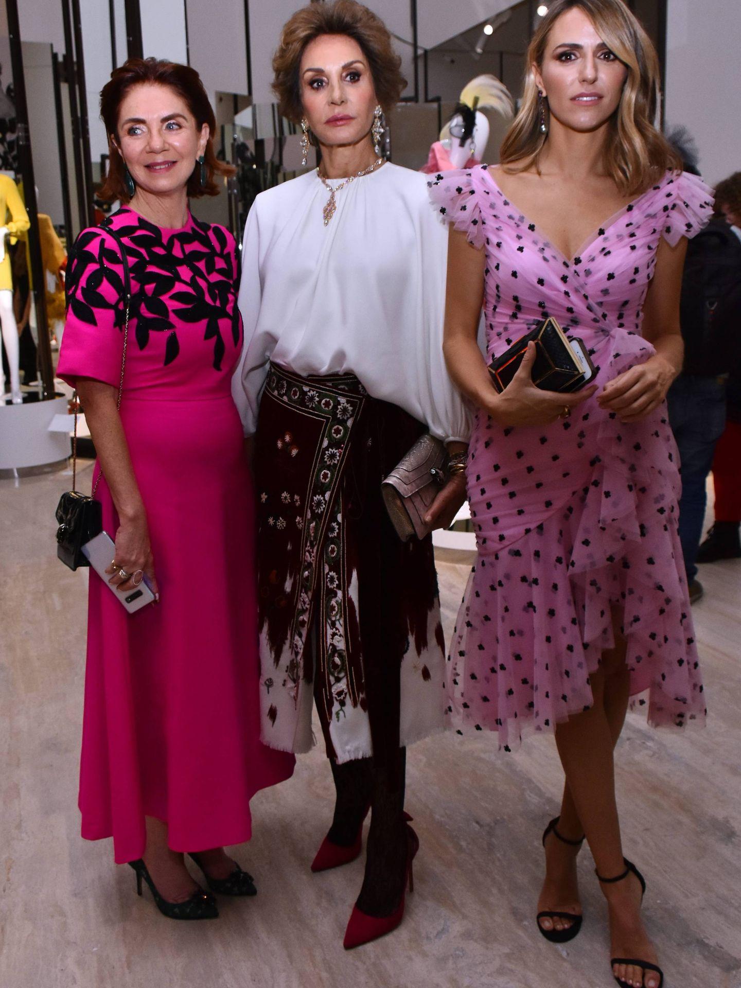 Naty Abascal, junto a su nuera, Laura Vecino, en la exposición 'Naty Abascal Fashion Exhibition' de México. (Cordon Press)