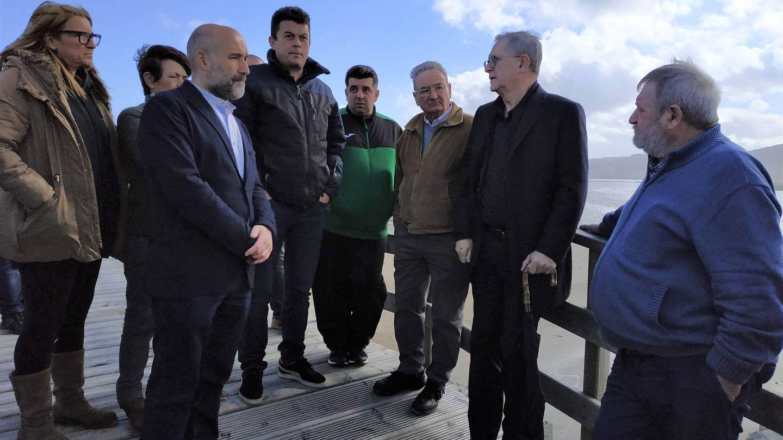 El secretario general de la Unión do Povo Galego, Néstor Rego, reunido con mariscadores.