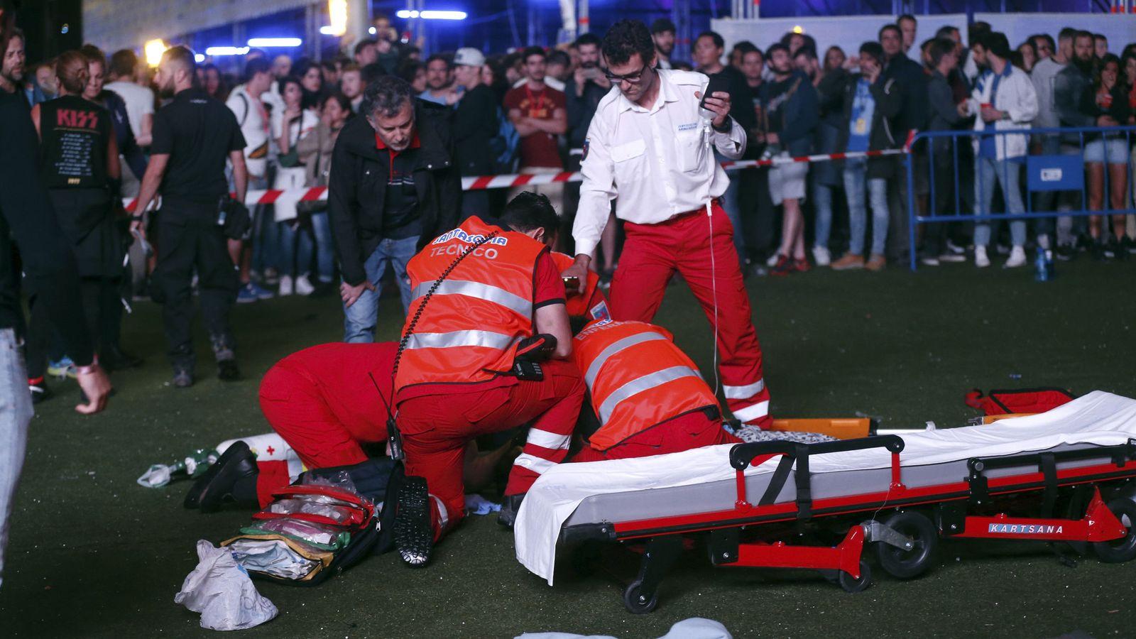 Foto: Miembros de los servicios sanitarios intentan reanimar a un acróbata que se desplomó en medio de una actuación durante el Mad Cool Festival. (EFE)