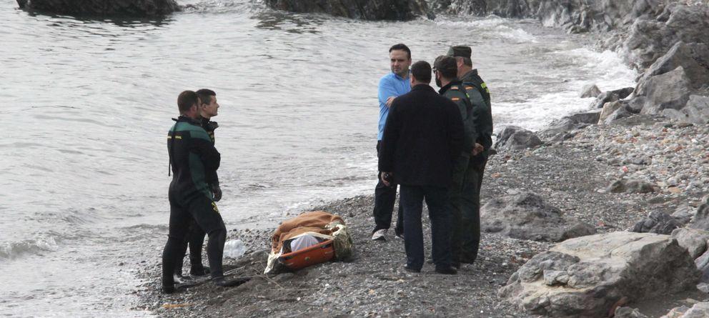 Foto: Miembros de la Guardia Civil junto a un cadáver hallado en la playa de la Ribera, en Ceuta.