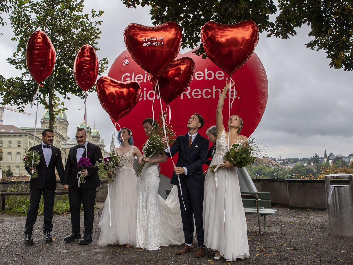 Foto: Varias parejas celebran la aprobación del matrimonio homosexual. (EFE)