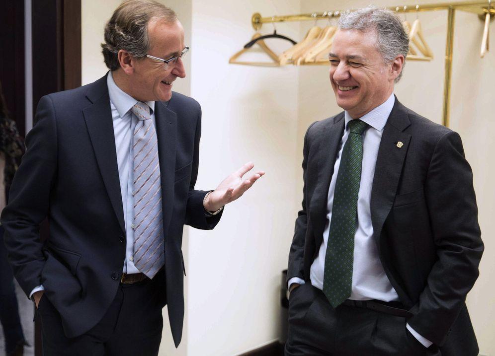 Foto: Alfonso Alonso e Iñigo Urkullu, en un pleno del Parlamento vasco. (EFE)
