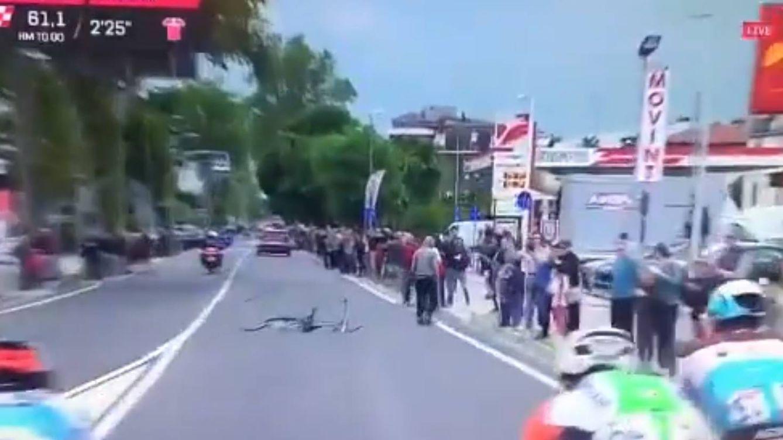 Casi acaba en tragedia: un encapuchado arroja una bicicleta a los ciclistas en el Giro