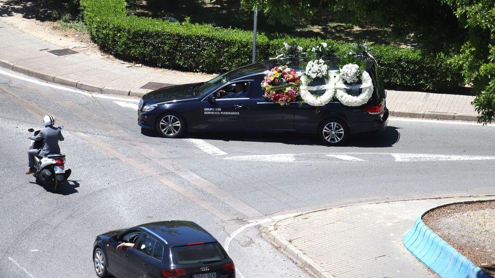 Foto: Imagen de archivo del vehículo fúnebre que trasladó al niño fallecido en Algeciras tras ser atropellado por una lancha. (EFE)