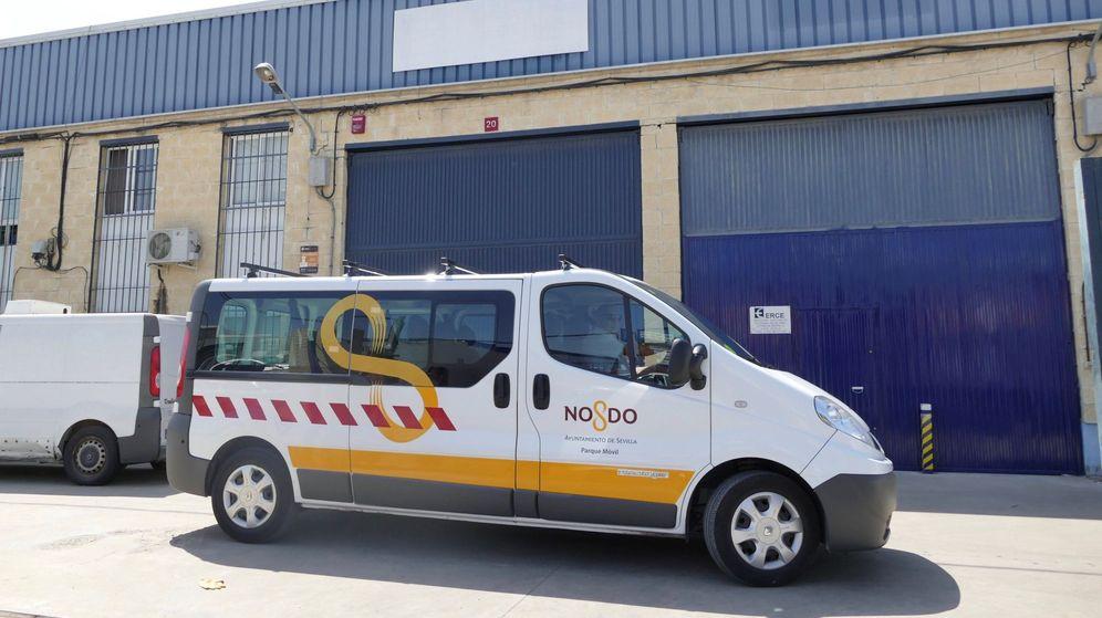 Foto: Una furgoneta del Ayuntamiento de Sevilla en la sede de la empresa Magrudis. (EFE)