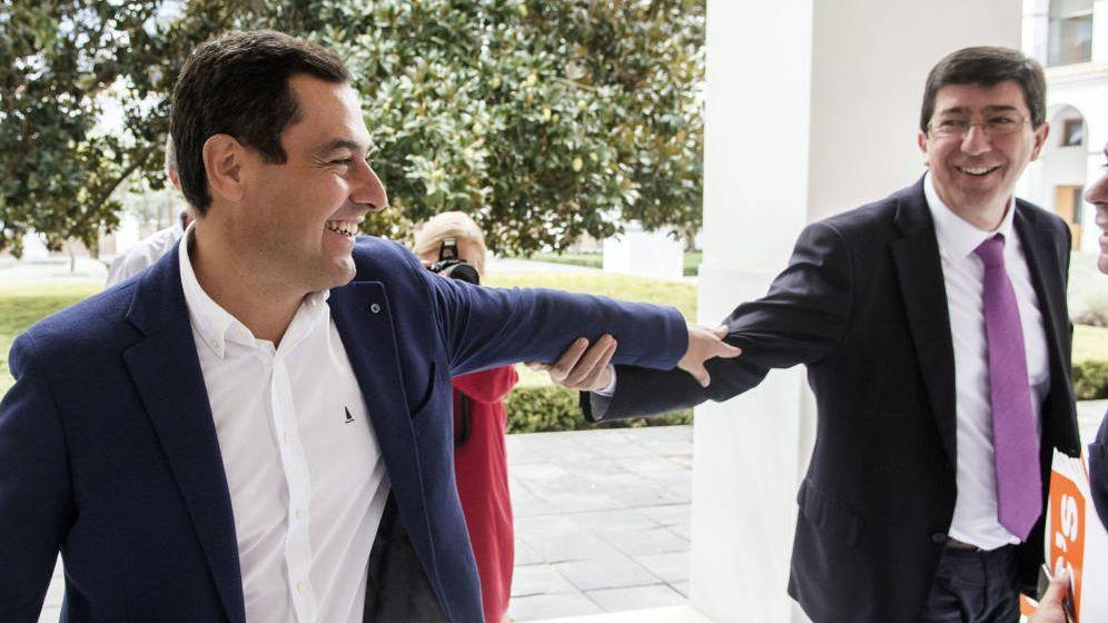 Foto: Juanma Moreno (i) y Juan Marín se saludan. (EFE)
