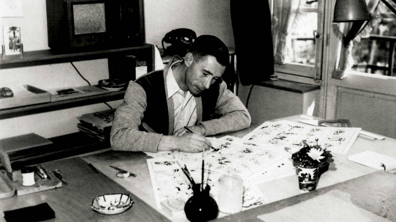 Foto: Imagen de Hergé pintando una de tantas tiras de tebeo de Tintín.