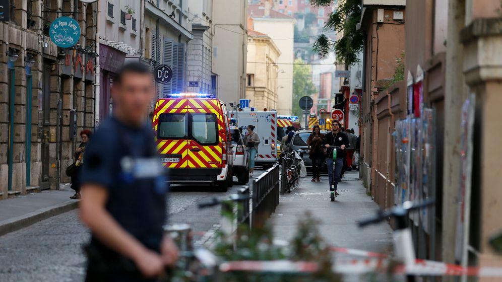 Foto: Agentes en el lugar donde se ha producido la explosión. (Reuters)