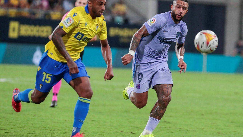 Foto: El defensa del Cádiz, Carlos Akapo (i), persigue el balón ante el delantero neerlandés del FC Barcelona, Memphis Depay. (EFE)
