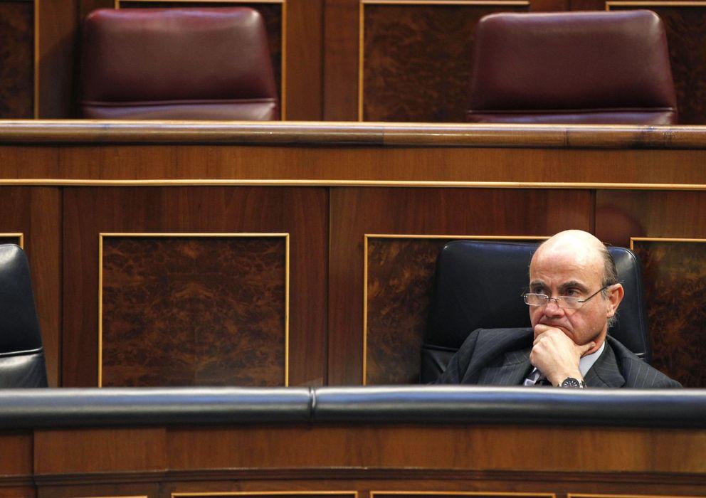 Foto: El ministro de Economía, Luis de Guindos, durante un pleno del Congreso de los Diputados (Efe)