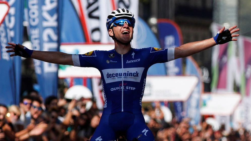 Foto: Remco Evenepoel cruza la meta de la Clásica de San Sebastián con los brazos abiertos. (EFE)