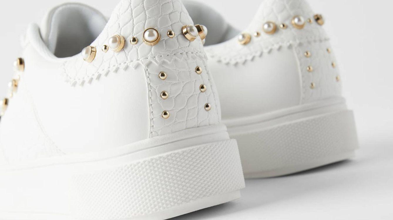 Zara tiene las zapatillas deportivas blancas para tus vestidos de verano (¡y de rebajas!)