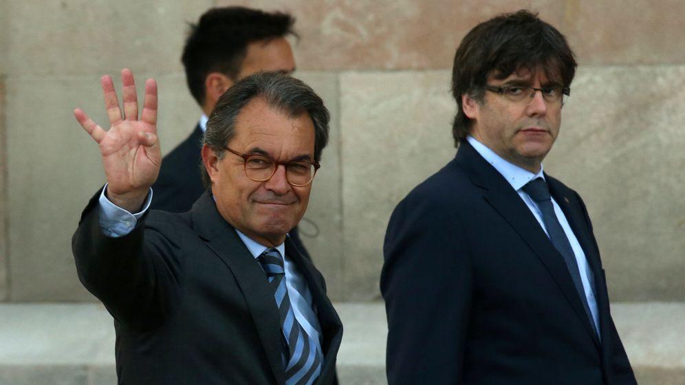 Foto: Artur Mas y Carles Puigdemont, tras la última declaración judicial de Carme Forcadell. (Reuters)
