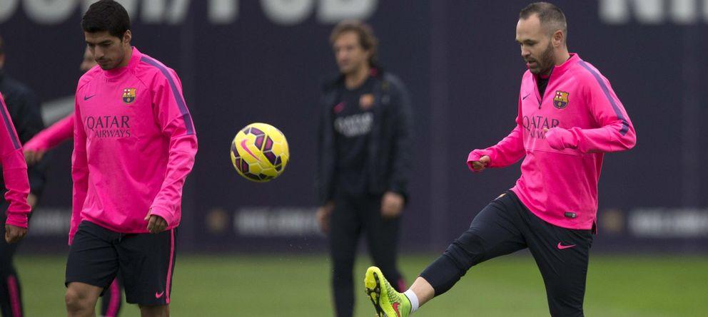 Foto: Andrés Iniesta, entrenando en la mañana de este sábado con el Barcelona (EFE).