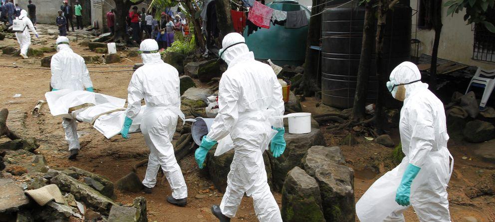 Foto: Enfermeros liberanios trasladan el cadáver de un afectado. (Efe)