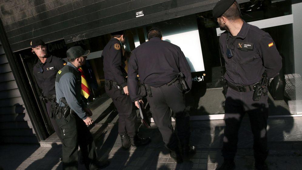 Foto: Agentes de la Guardia Civil detienen al tesorero de CDC, Andreu Viloca. (EFE)