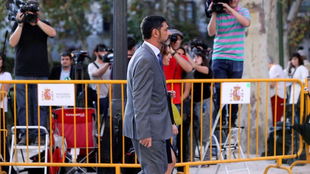 Foto: El 'major' de los Mossos d'Esquadra, Josep Lluís Trapero, sale de la Audiencia tras prestar declaración como investigado por sedición. (EFE)