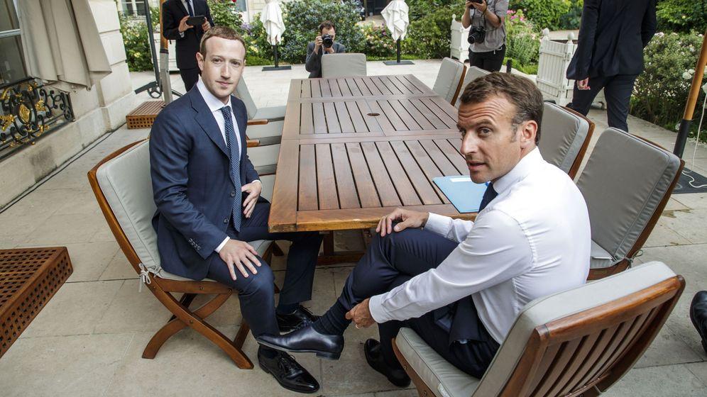 Foto: Mark Zuckerberg, consejero delegado de Facebook, con el presidente de Francia, Emmanuel Macron en una cumbre sobre tecnología el pasado mayo en París (Francia). (Reuters)